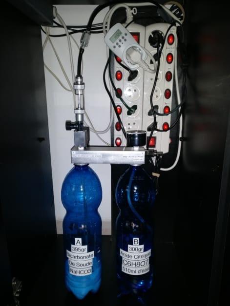 Fermeture des bouteilles d'acide Citrique et de Bicarbonate de Soude avec le kit CO2 DIY D501. Bouteille A côté manomètre et B côté vanne.